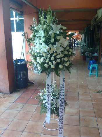 toko bunga standing di jakarta